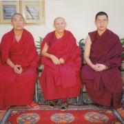 左起:现任 夏巴佐杰、堪殊強巴耶喜仁波切与詹杜固仁波切
