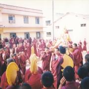 给色拉寺供养第五世达赖喇嘛佛像时摄。 色拉杰寺住持格西强巴德卓(前),詹杜固仁波切(左三) 。
